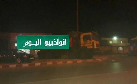 شاحنة متهالكة تحتل الرصيف الواقع على الشارع البحري