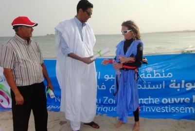 مدير احد الفنادق المحلية اثناء تقديمه افادة لإحدى الفائزين