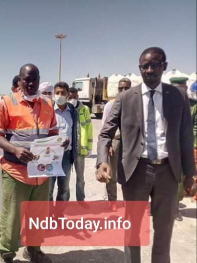 صورة جمعت رئيس سلطة منطقة انواذيبو الحرة بأحد الحمالين المستفدين بقارورة جافيل