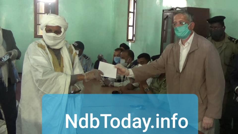 المدير العام لخيرية أسنيم.محمد ولد الولي سالم أثناء تسليمه لمبلغ مالي لممثل الإئمة