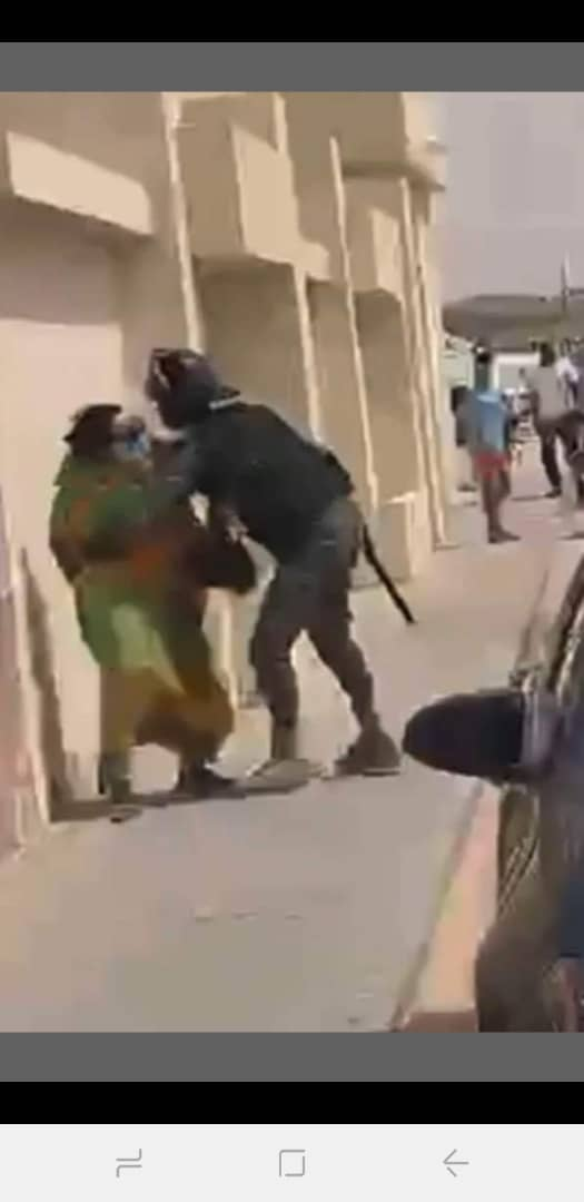 صورة سيدة خمسينة تتعرض للضرب على يد عنصر أمني..