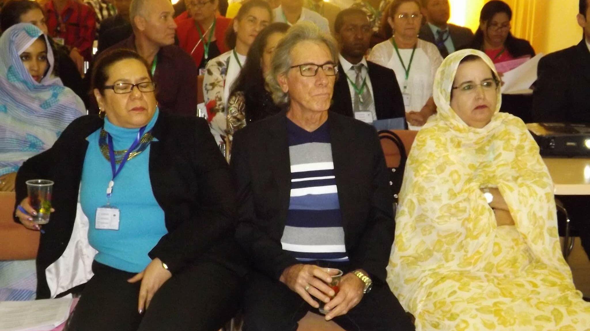 بروفسور  كوبي الى جانب ممثلة كوبا بالحزائر  ومترجمة موريتانية