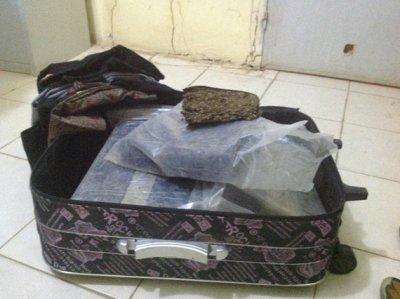 الحقيبة التي تم العثور عليها وبداخلها ثمان كلغ من القنب الهندي