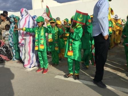 تلاميذ المدارس يؤدون النشيد الوطني الجديد